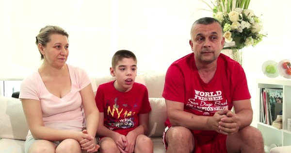 Alexandru Spiridon i rodzice na kanapie omawiają leczenie komórkami macierzystymi