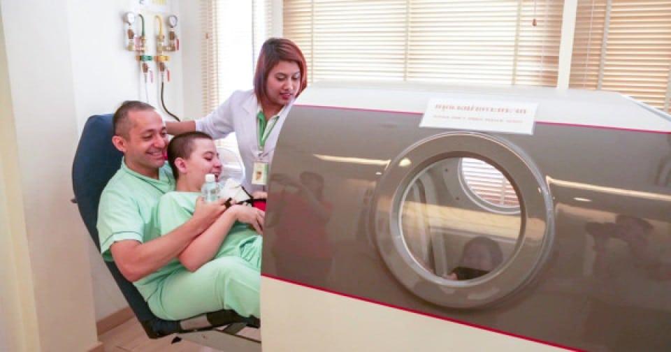 Pacjent z porażeniem mózgowym wchodzący do hiperbarycznej komory tlenowej HBOT w szpitalu Better Being