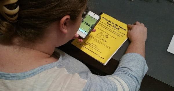 Pacjentka Debra Dollar ONH używająca Iphone do wspomagania czytania