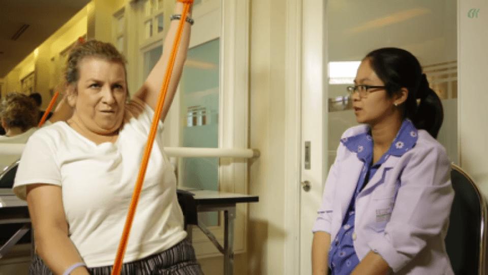 Mia Ruthey wykonuje ćwiczenia podczas jej sesji terapeutycznej dla PLS