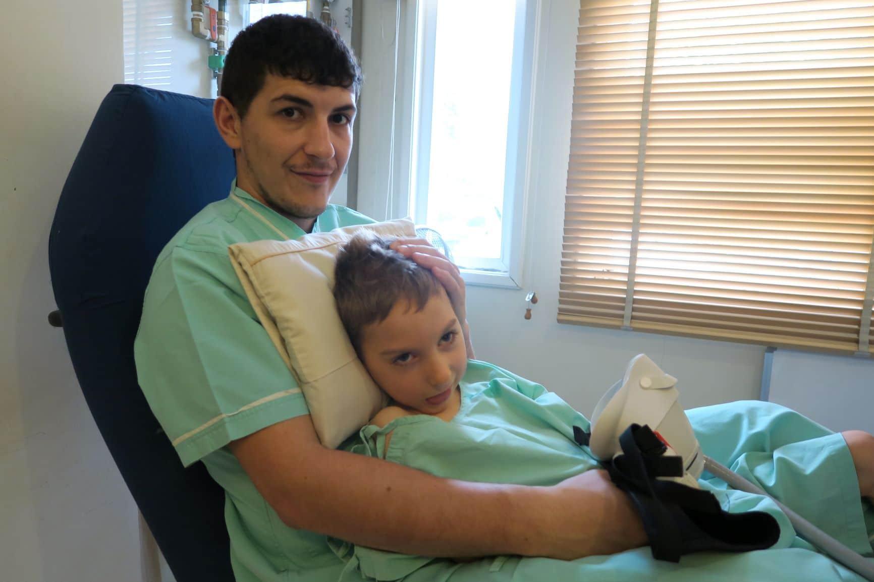 Enzo Thompson i jego ojciec przed rozpoczęciem terapii w komorze tlenowej.