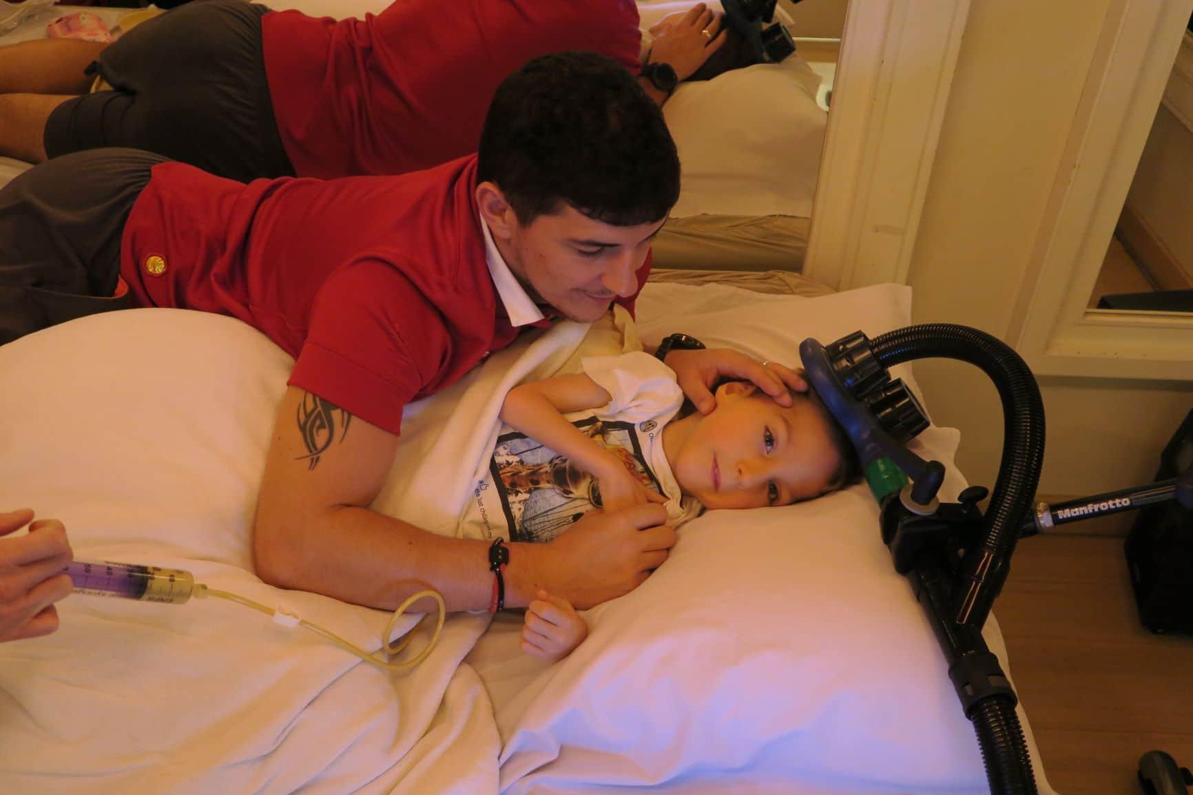 Zdjęcia Enza wraz ojcem w trakcie przezczaszkowej stymulacji magnetycznej