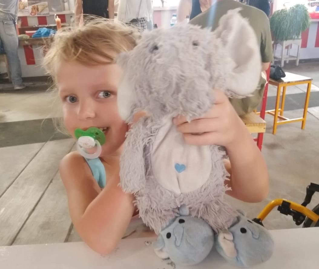 Lotta ze swoim pluszowym słonikiem