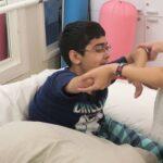 Saif podczas sesji fizjoterapii